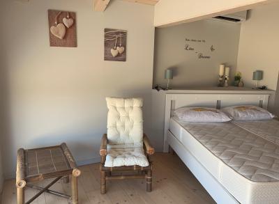Camera da letto con balcone vista lago di Garda